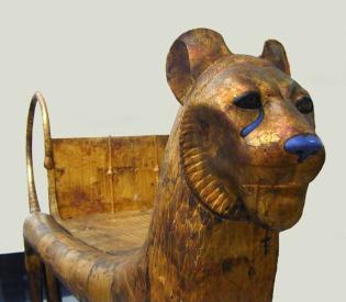 La tombe de Toutankhamon (1340-1331 AV. J.C.) a été découverte par Howard Carter en novembre 1922. Le pharaon est mort à 19 ans, sa momie se trouvait dans un cercueil en or massif, placé à l'intérieur de 2 cercueils en bois. Ces 3 cercueils étaient dans un sarcophage de quartzite à couvercle de granit rouge. Autour du sarcophage, s'emboîtaient les unes dans les autres, 4 chapelles en bois doré qui occupaient entièrement la salle du sarcophage.